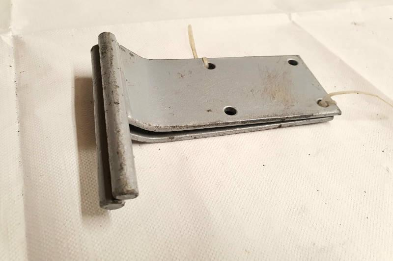Safari Engineering Land Rover Specialist Hampshire Eversley – Bonnet Hinge Nearside to fit Land Rover Series 2 & Series 2A – 330139