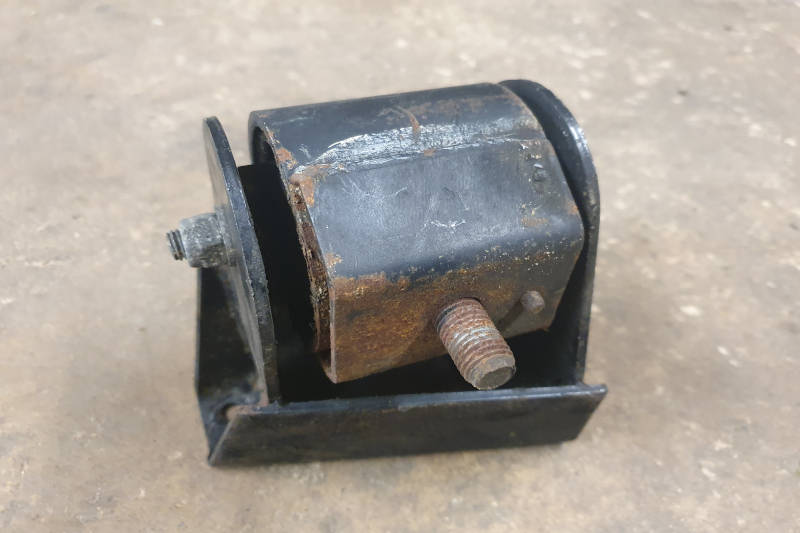 Safari Engineering Land Rover Specialist Hampshire Eversley – Engine Mount - Discovery 1 & Range Rover Classic 200TDI Models Nearside Only - NTC6279