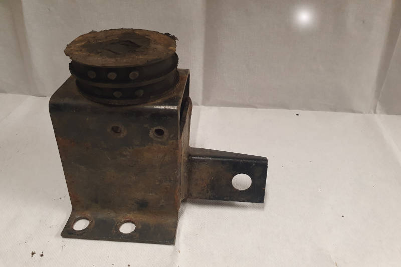 Safari Engineering Land Rover Specialist Hampshire Eversley – Gearbox Mounting Bracket - Discovery Series 2 Nearside Automatic Models - ANR5639